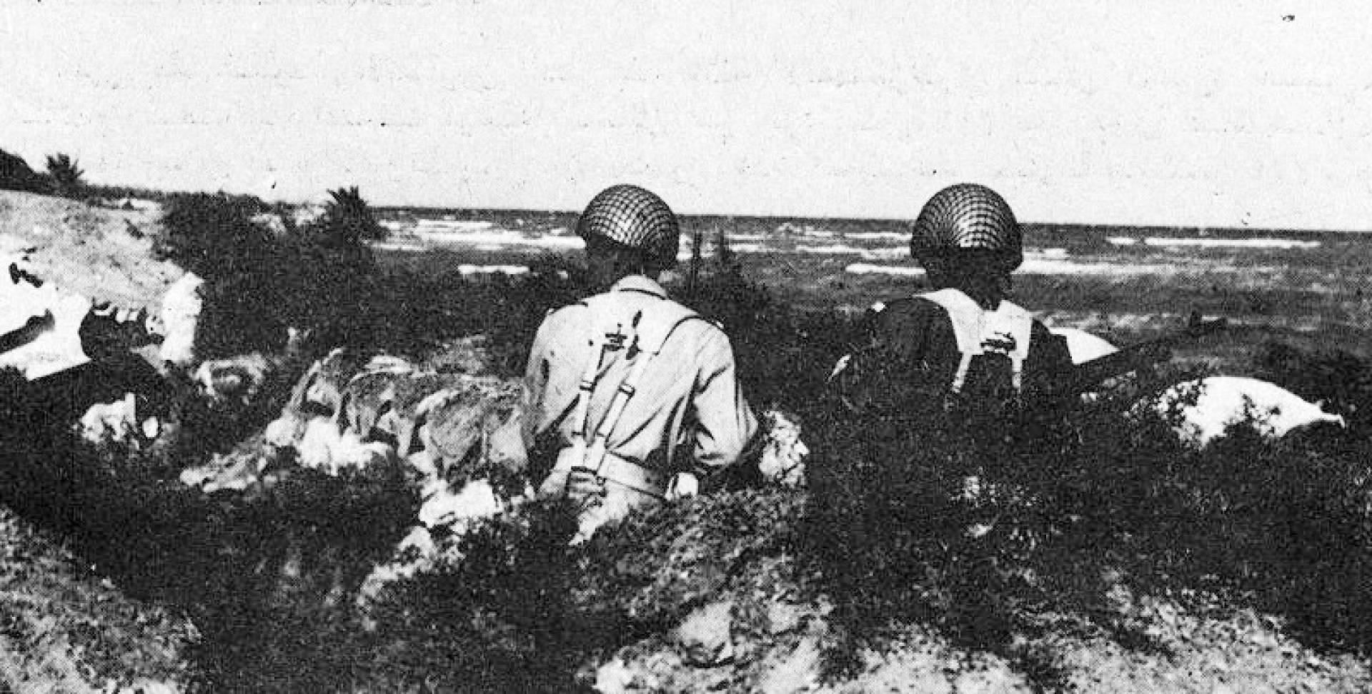 جنديان كويتيان يراقبان العدو الصهيوني عبر قناة السويس.. أرشيفية