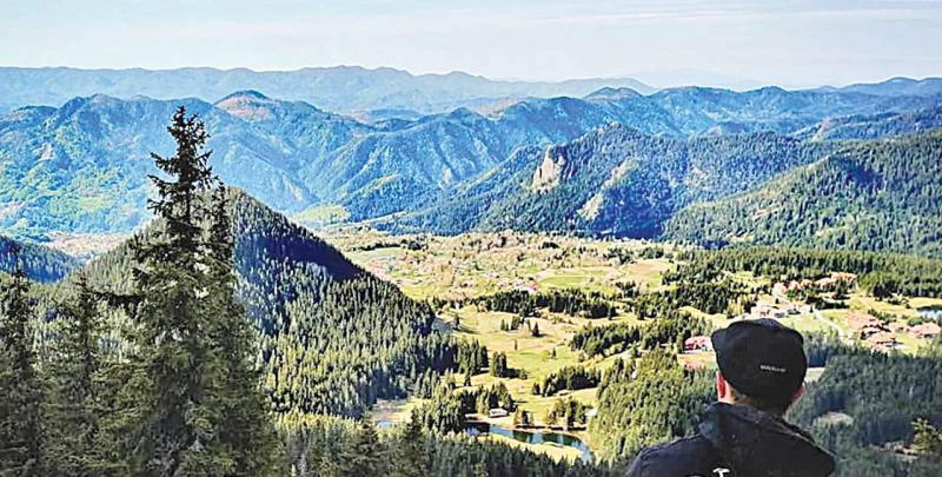 أحد التلال المطلة على منظر بانورامي ضمن جبال بامبوروفو