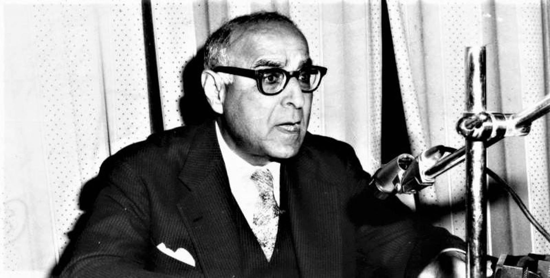 المفكر المصري الكبير الدكتور زكي نجيب محمود يحاضر في مكتبة حولي العامة.. أرشيفية