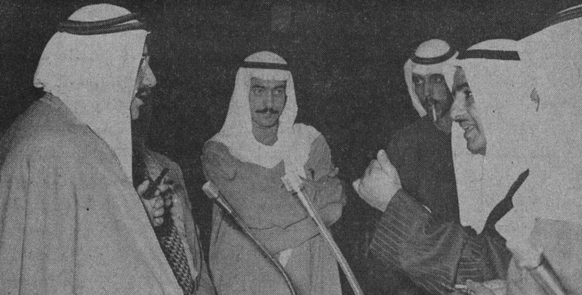 علي ثنيان الغانم يحاور وزير المالية والنفط أثناء الاستراحة.. أرشيفية