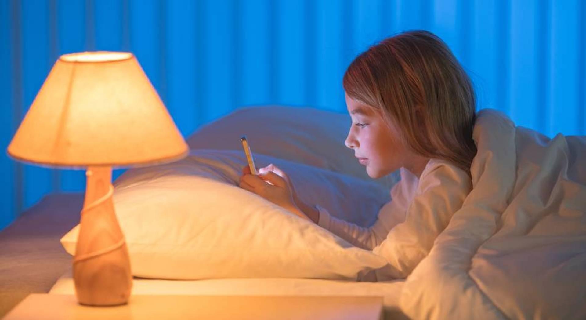 الضوء الأزرق للهواتف يحدث اضطراباً في الساعة البيولوجية