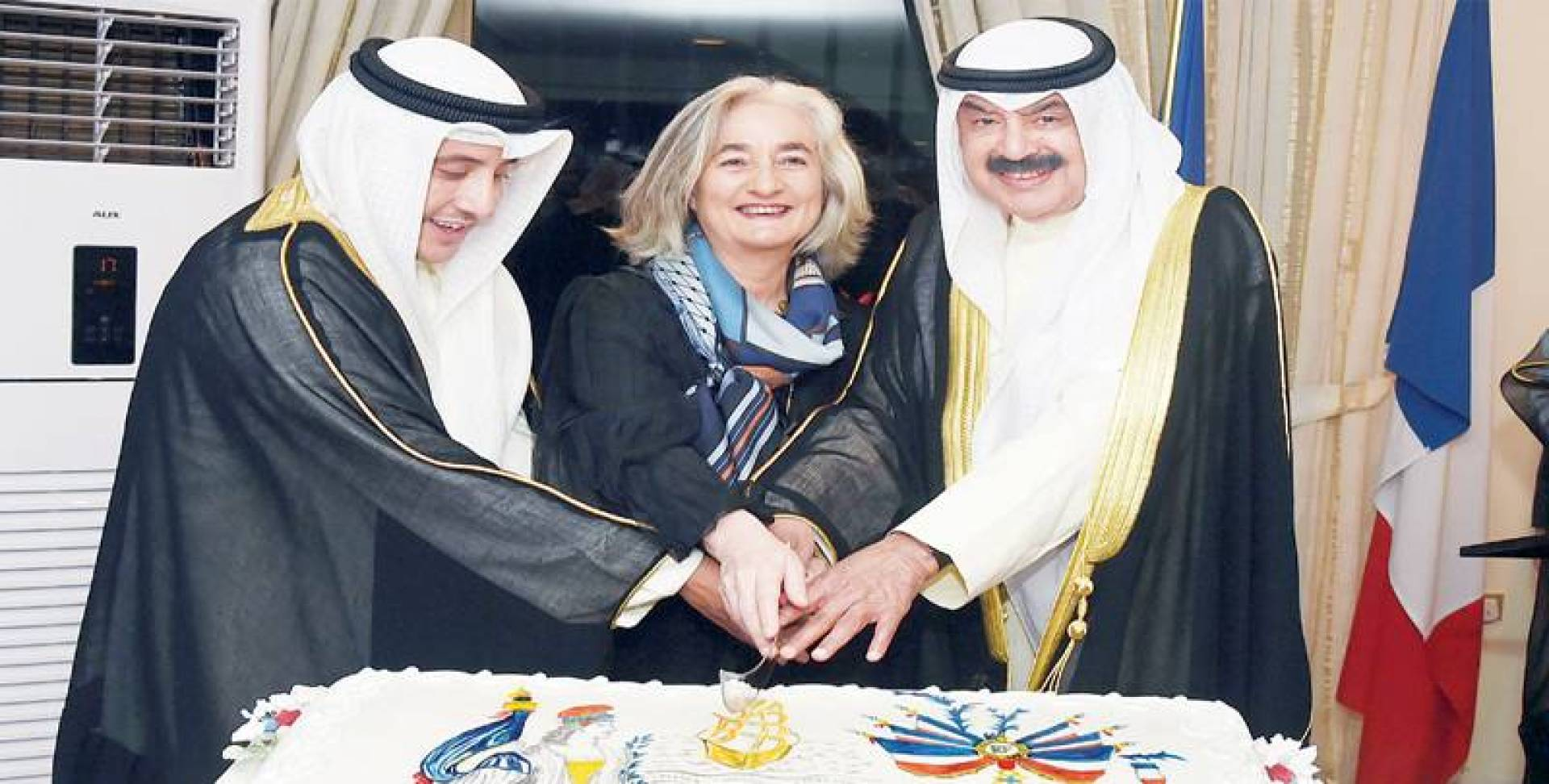 الجارالله والسفيرة الفرنسية والمحمد يقطعون كيكة الافتتاح» | تصوير مصطفى نجم