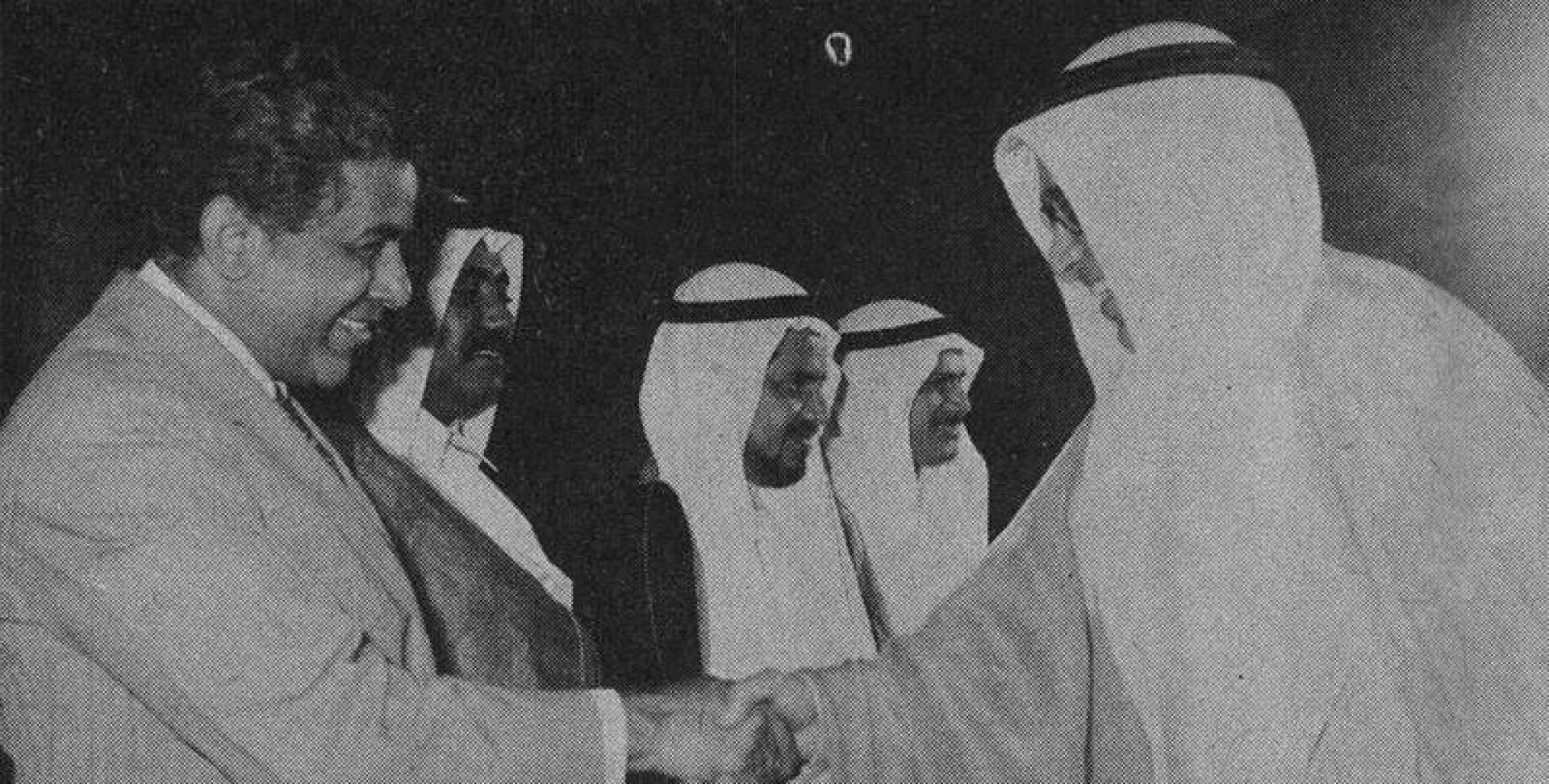 وزير خارجية البحرين يصافح مستقبليه في المطار.. صورة أرشيفية