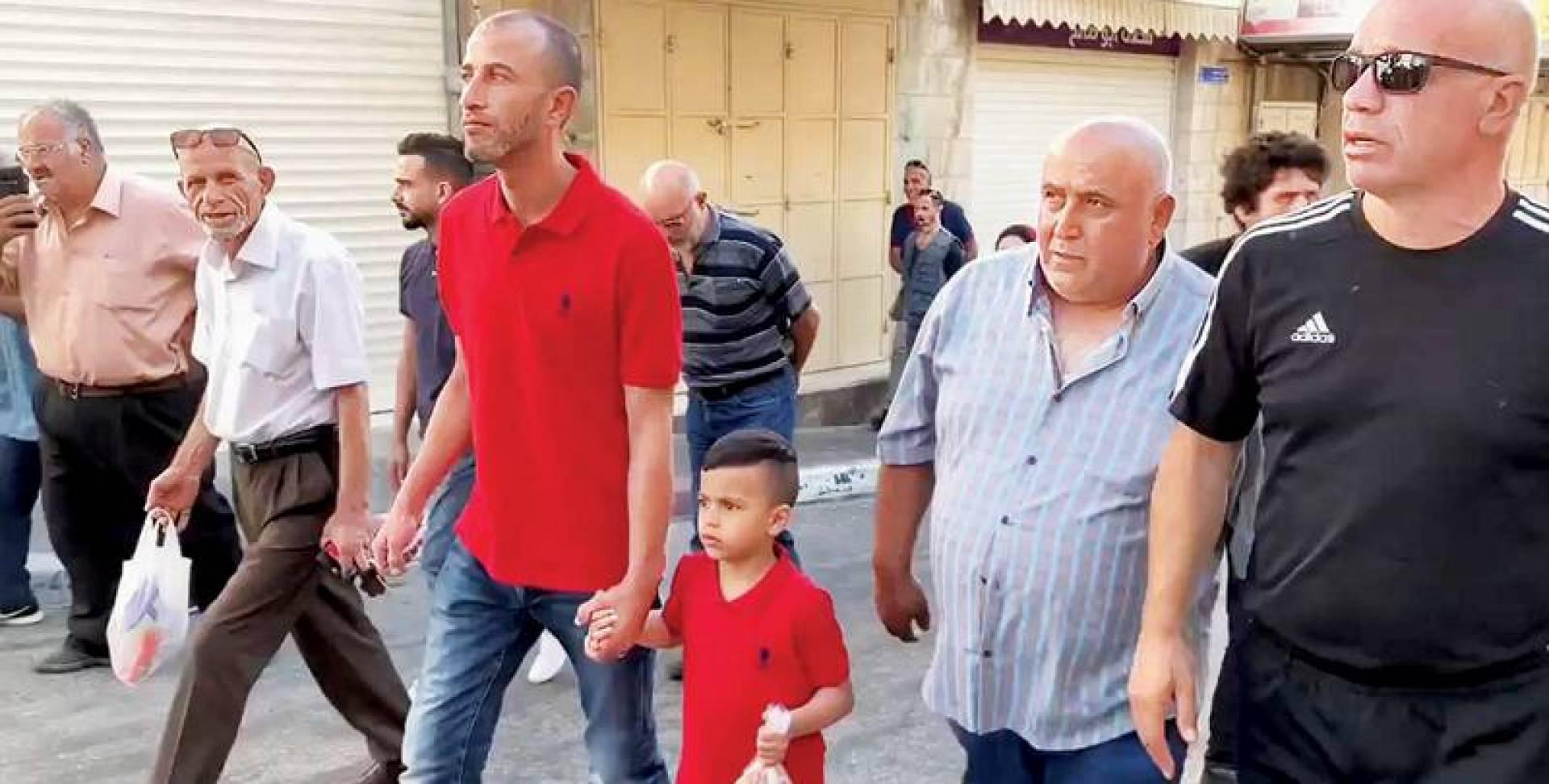 الطفل محمد ربيع عليان في طريقه لمركز الشرطة بالقدس المحتلة