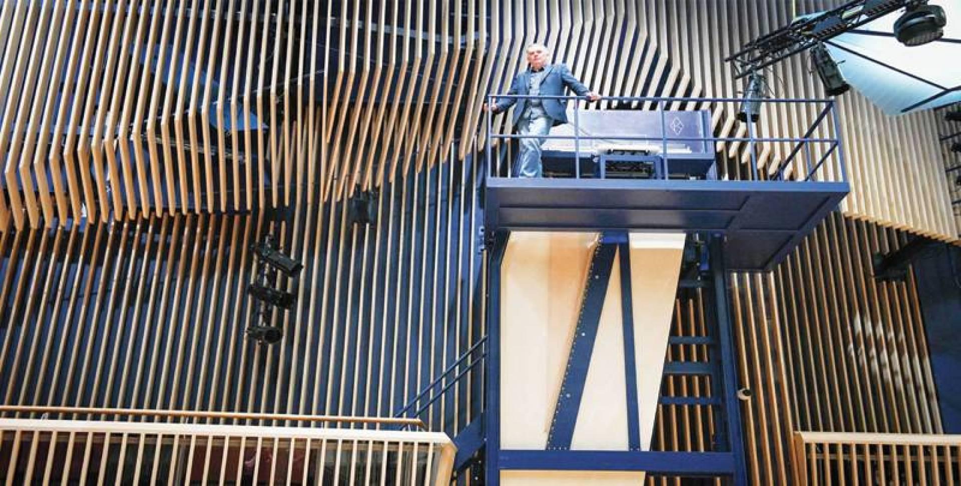 أكبر بيانو في العالم.. يحتاج إلى سلّم!