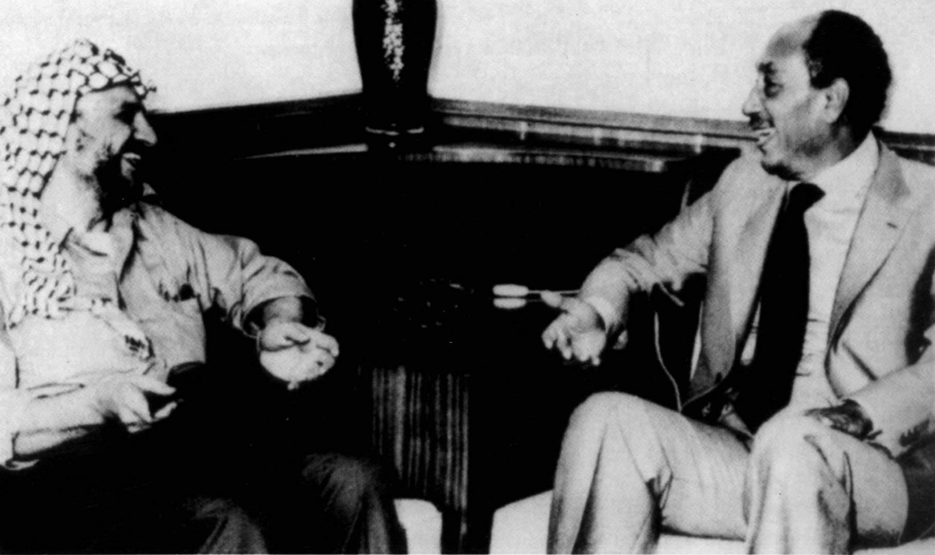 لقاء الرئيس المصري محمد أنور السادات مع الرئيس الفلسطيني ياسر عرفات.. صورة أرشيفية