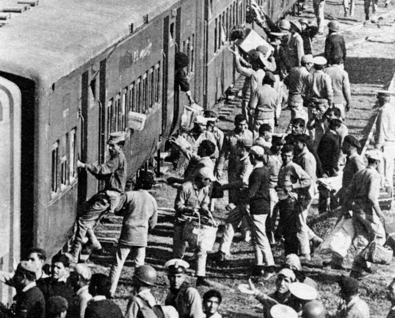 الجنود الباكستانيون الأسرى يركبون القطار الذي يقلهم إلى معسكر الاعتقال الهندي.. صورة أرشيفية