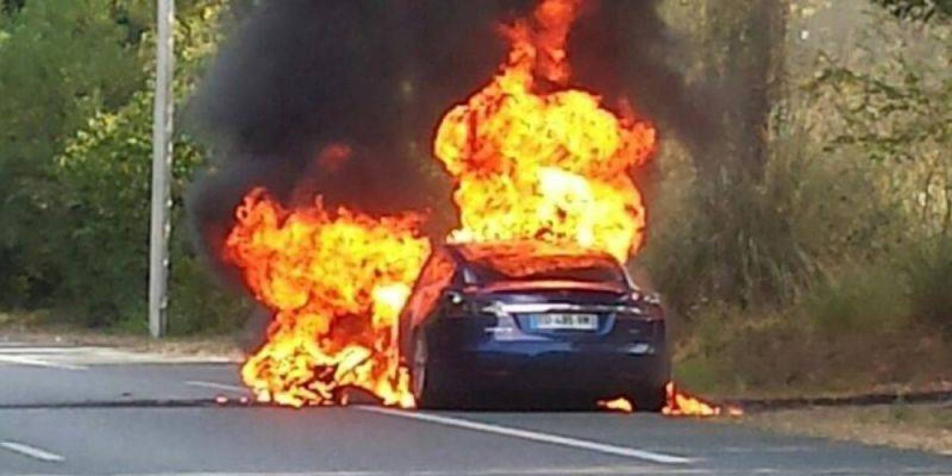 اشتعال النيران في سيارة «تسلا إس».. والسبب نظام الطيار الآلي
