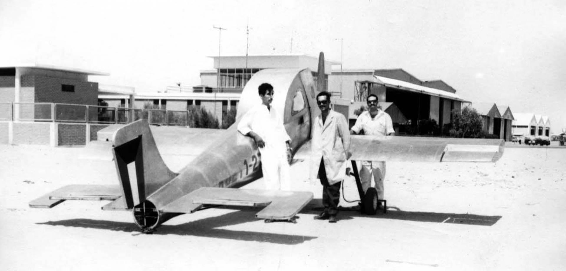 الطالب أحمد يوسف البدر يقف بجوار طائرة التدريب.. صورة أرشيفية