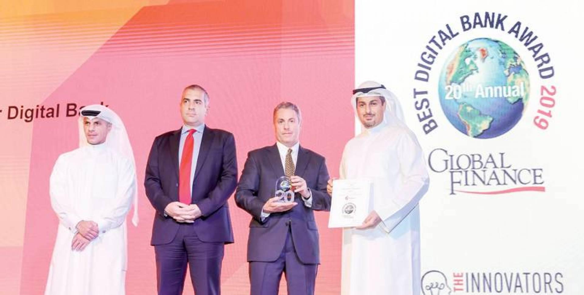 محمد الخرافي يتسلم الجوائز ويبدو ديمتريوس كوكوسوليس