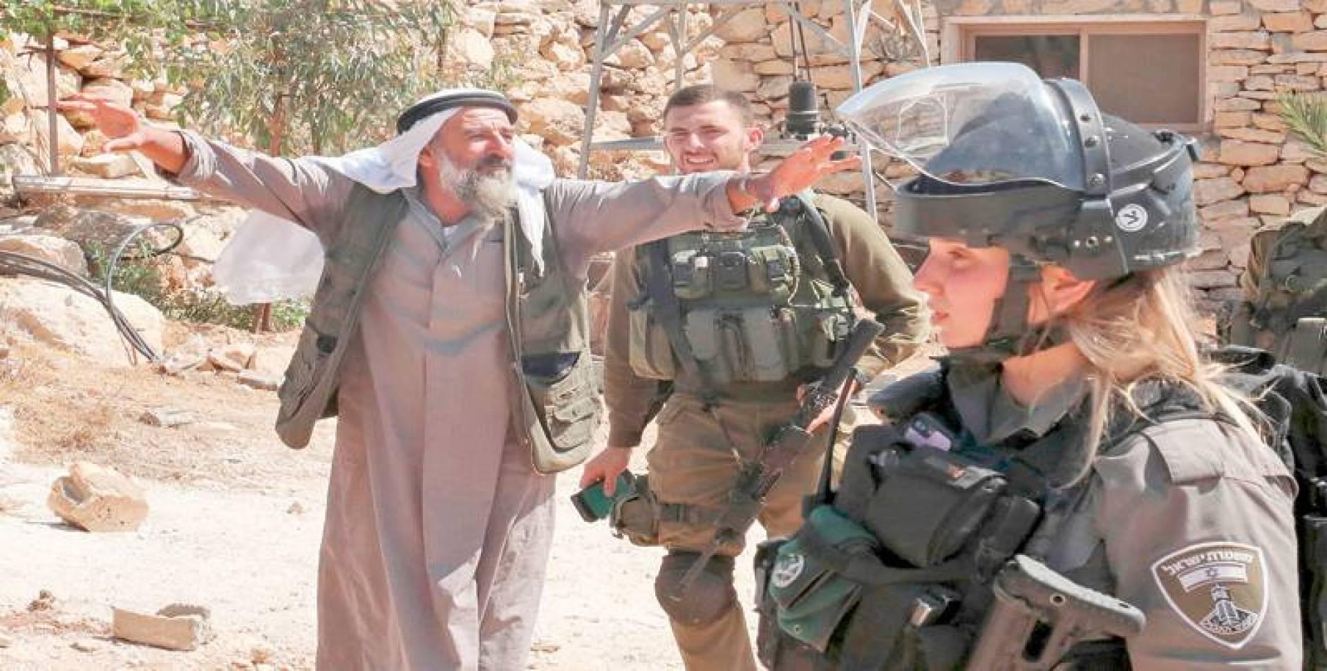 فلسطيني يحتجّ على الجنود الإسرائيليين أثناء هدم منازل متنقلة فلسطينية بُنيت بتمويل من الاتحاد الأوروبي في قرية جنوب يطا بالقرب من الخليل في الضفة الغربية المحتلة   أ.ف.ب
