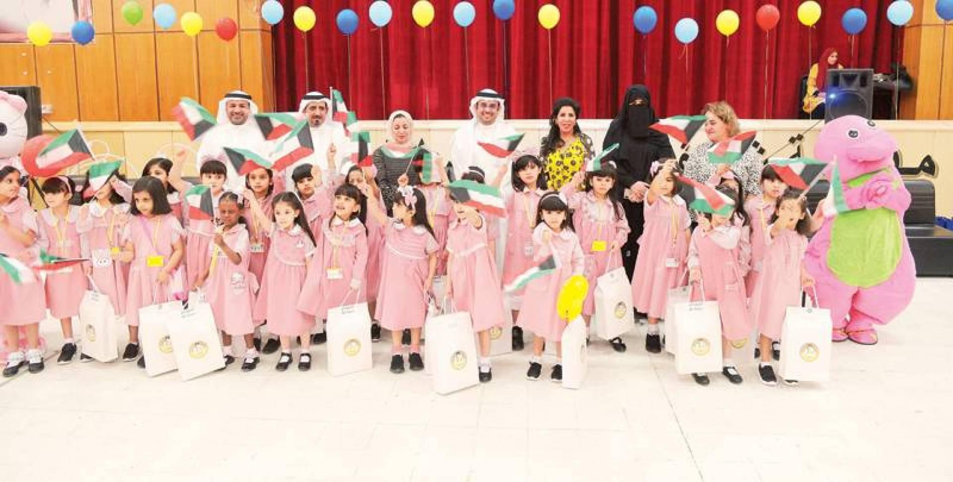 جانب من حفل توزيع الهدايا على طلبة محافظة الجهراء