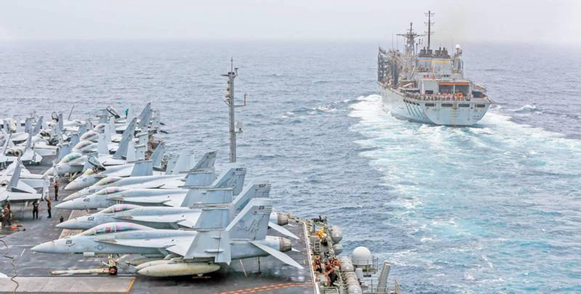 حاملة الطائرات لينكولن تقترب من سفينة دعم قتالية في بحر العرب   البحرية الأميركية