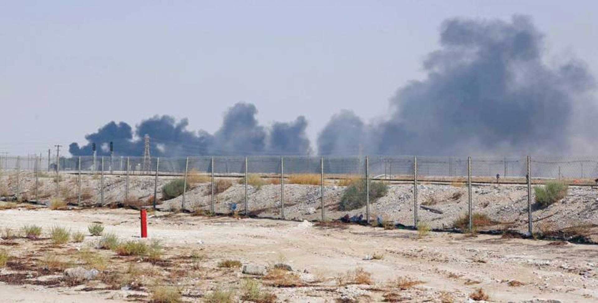دخان الحريق في معمل بقيق شرقي السعودية أمس   أ.ف.ب