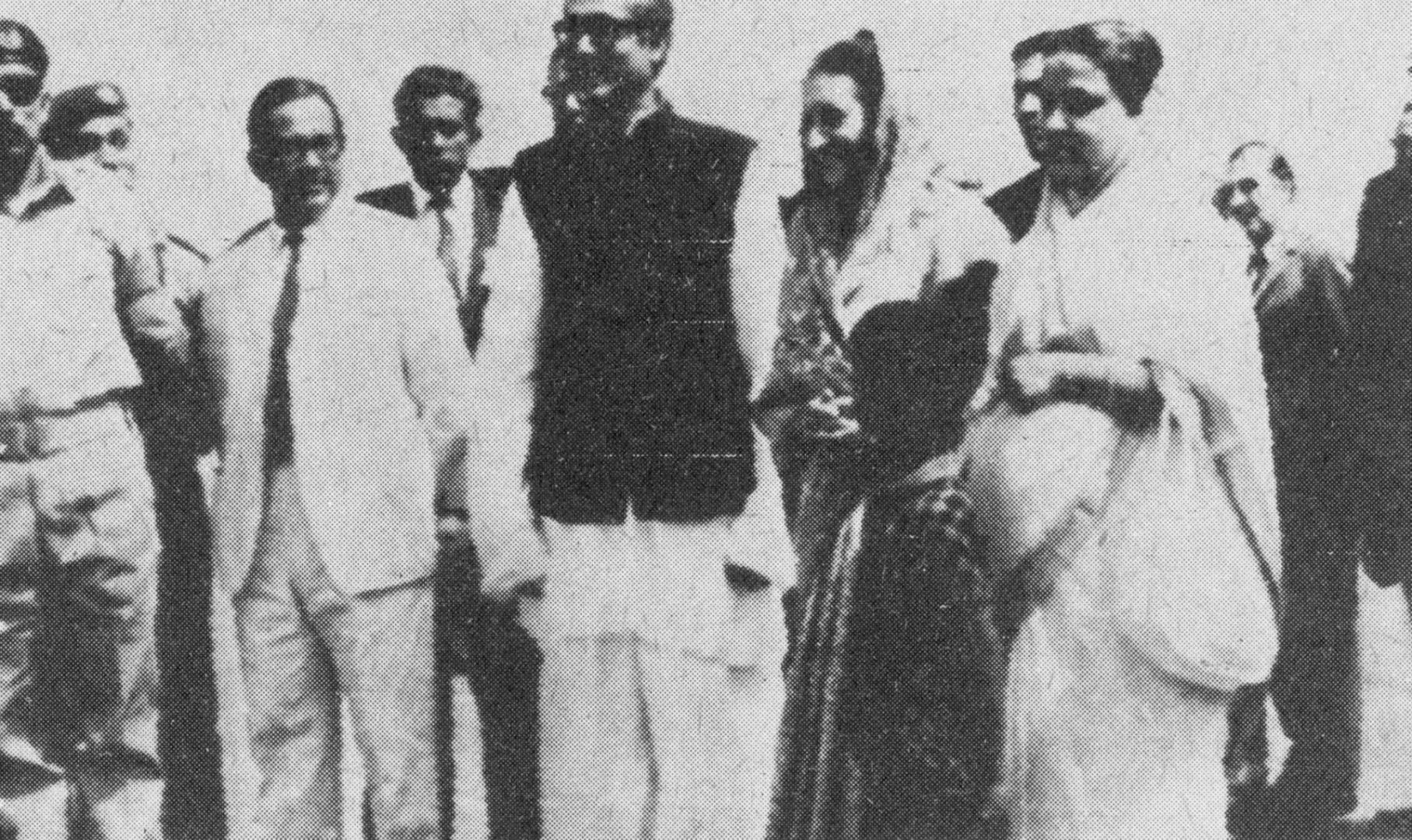 الشيخ مجيب الرحمن لدى استقباله أنديرا غاندي في مطار داكا.. صورة أرشيفية