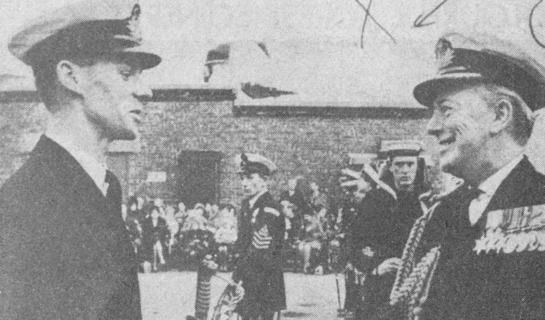 يبدو في الصورة أحد كبار الضباط  في الكلية العسكرية يسلم «سيف الشرف» للضابط بنغهام