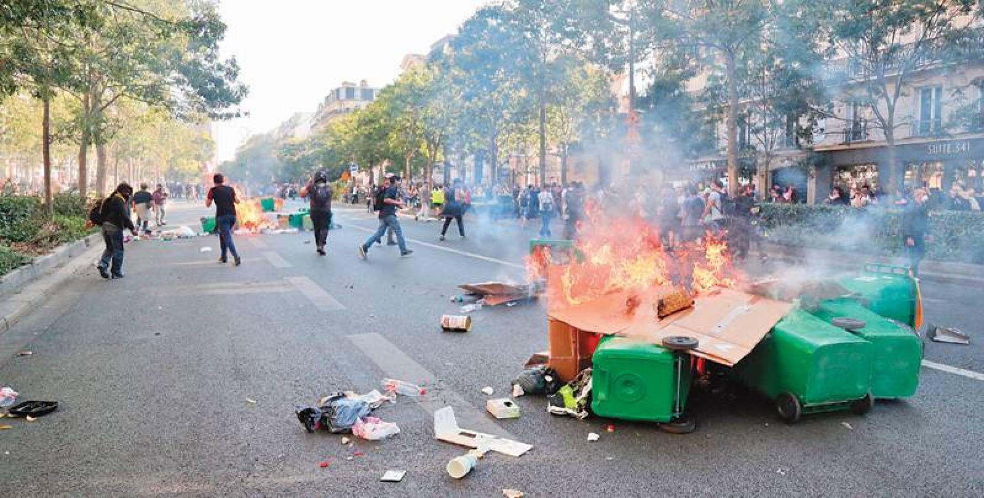 متظاهرون يشعلون حاويات النفايات وسط باريس أمس   ا ف ب