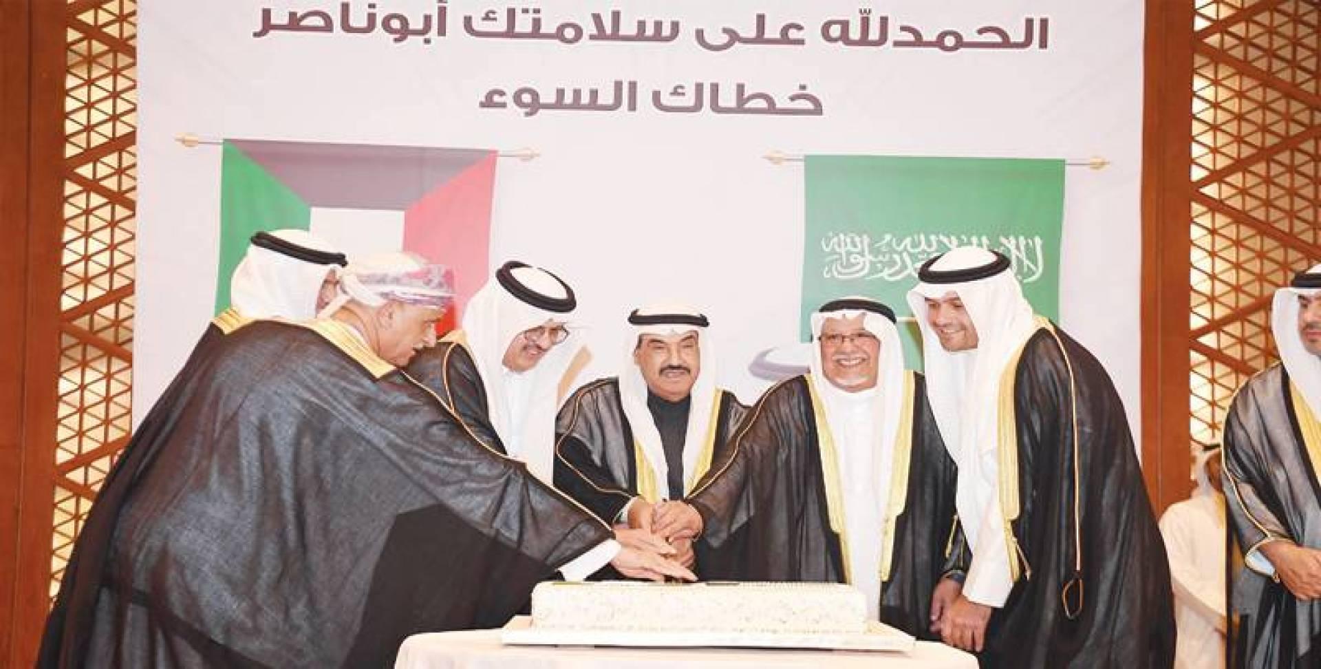 ناصر المحمد والجراح والصالح يشاركون السفير السعودي قطع كيكة الحفل