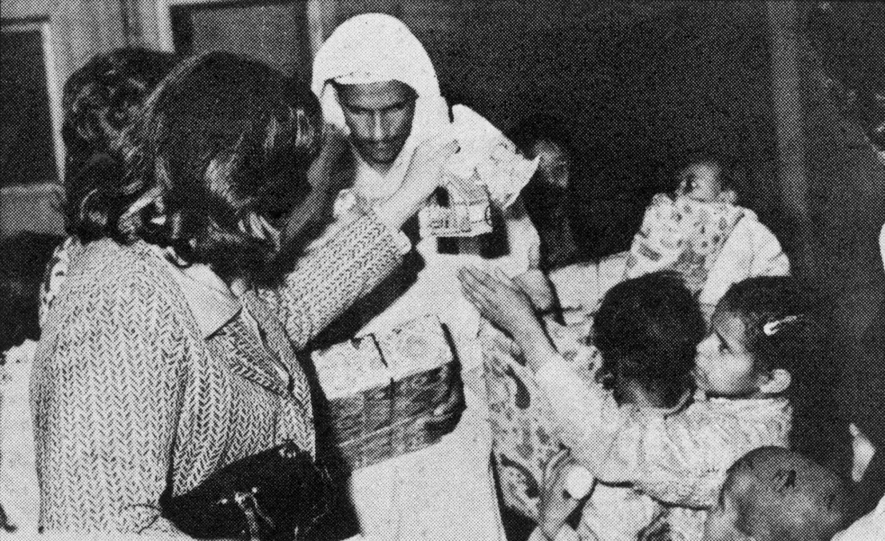 شقيق الشهيد عريف فرحان حمود محمد وانجاله سلمى ونوران وحربيه يتسلمون الهدايا