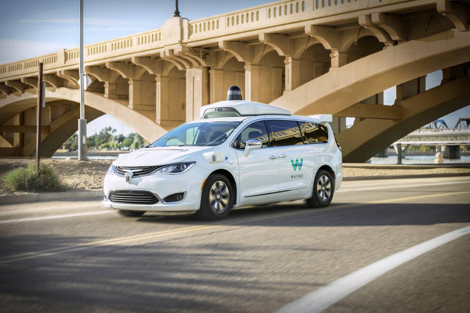 شركة «Waymo» تجرب أول سيارتها ذاتية القيادة في لوس أنجلوس