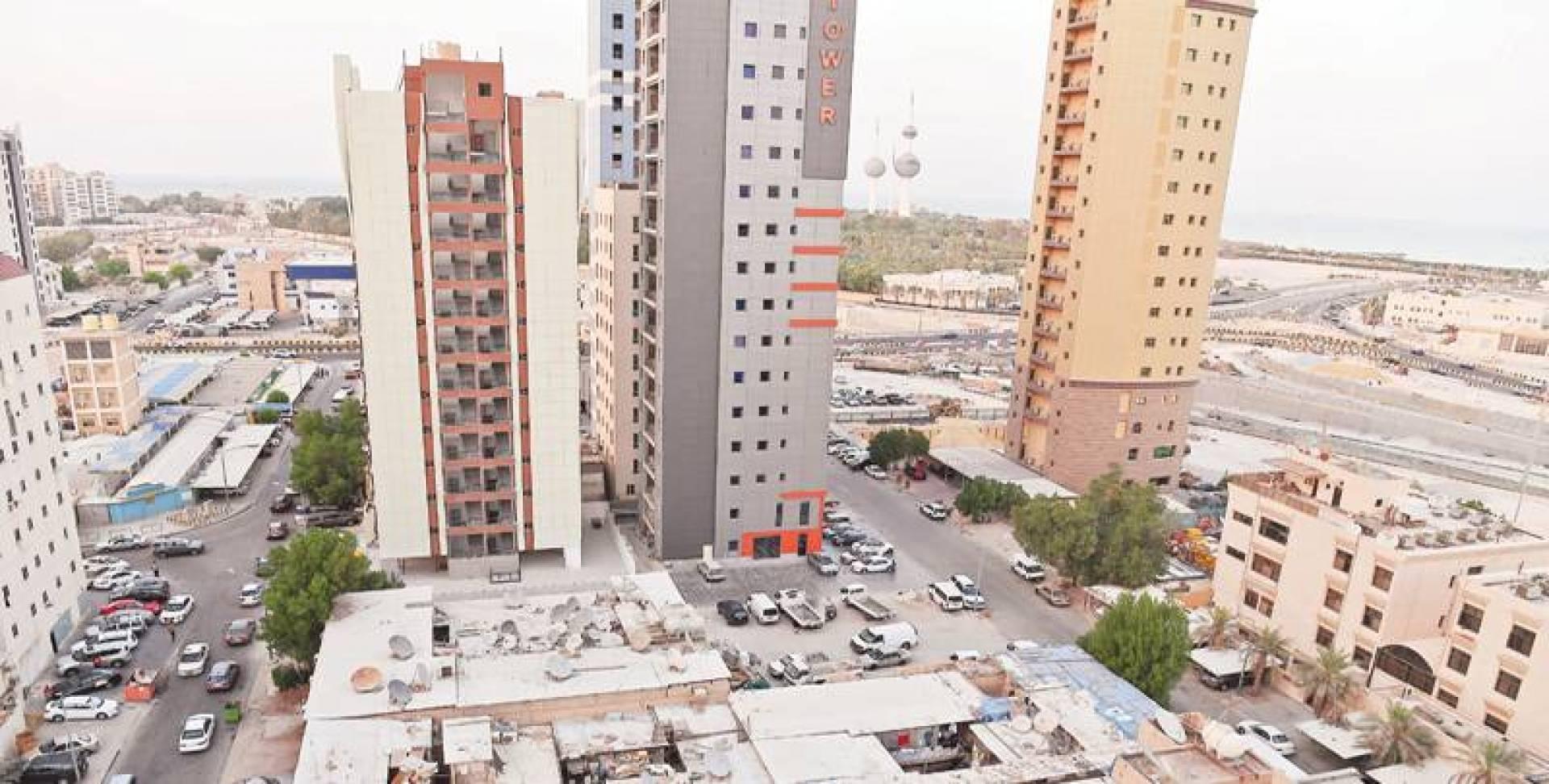 مخالفات على أسطح البنايات القديمة تشوه منظر ناطحات السحاب | تصوير مصطفى نجم الدين