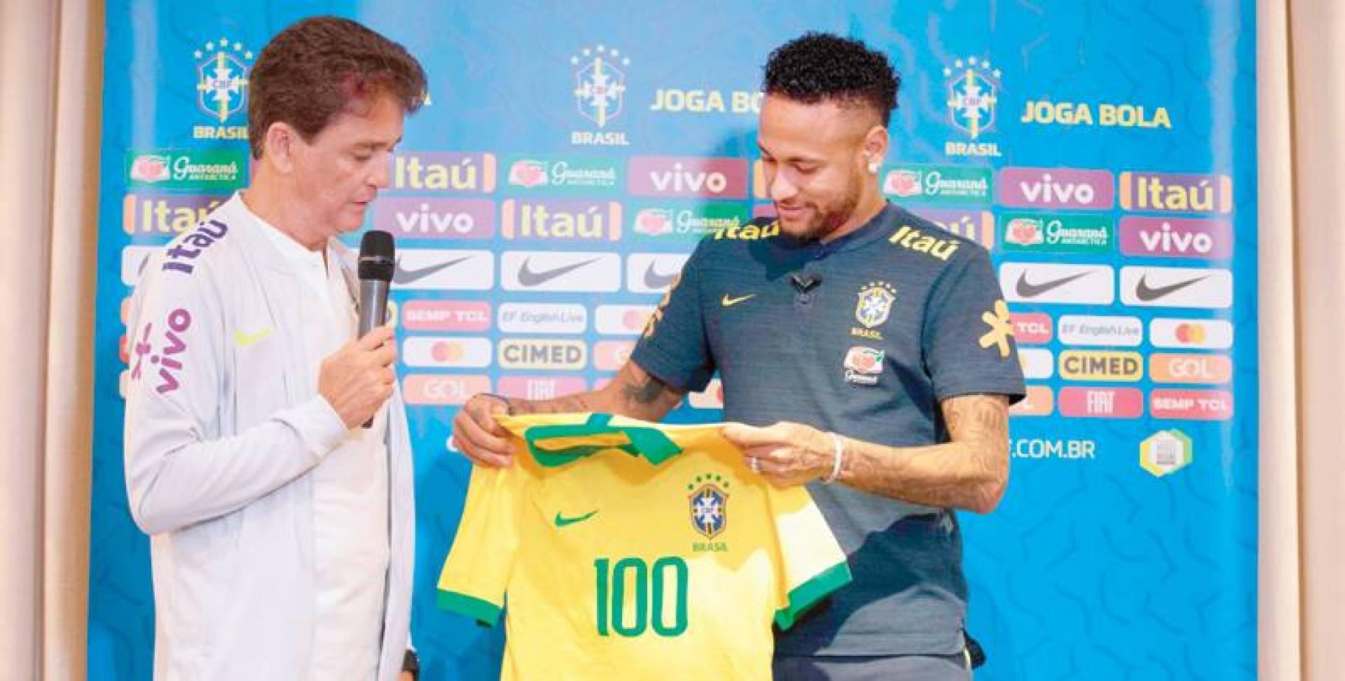 نيمار يتسلم قميص رقم 100 من النجم البرازيلي السابق بيبيتو | ا.ف.ب
