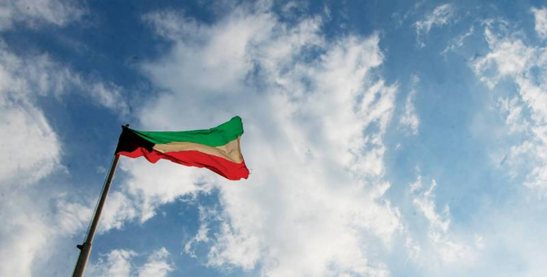 الغيوم تعانق العلم   تصوير محمود الفوريكي