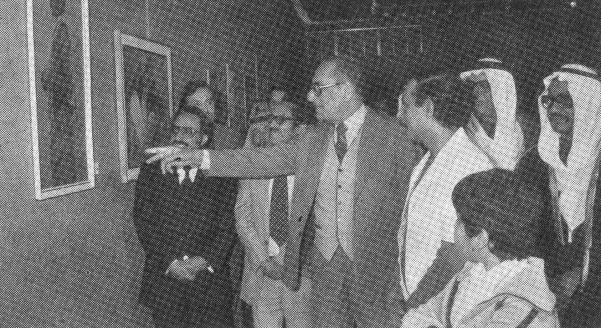 عبدالعزيز حسين وسعدون الجاسم أمام إحدى اللوحات مع رئيس وفد الأسبوع الثقافي