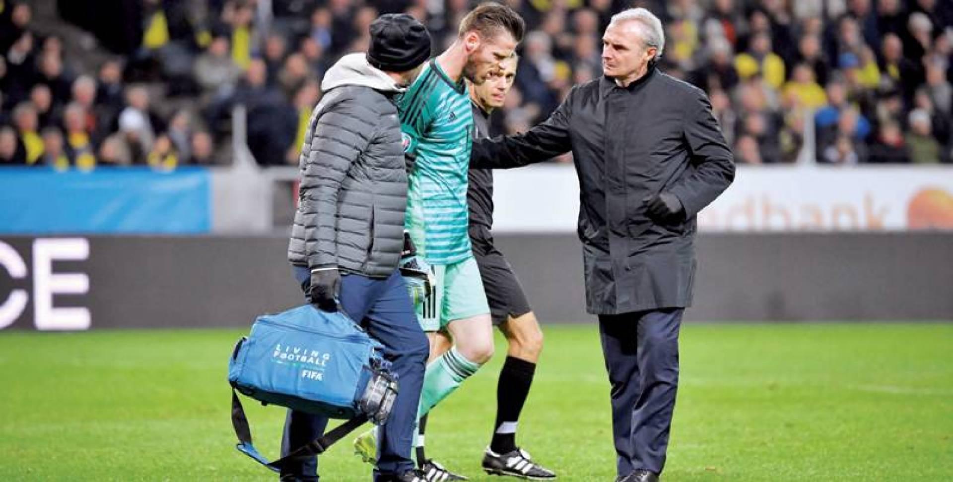 دي خيا يغادر أرضية الملعب مصابا | رويترز