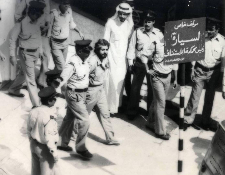 المتهم جهاد مزيد أمين يحيط به رجال الأمن