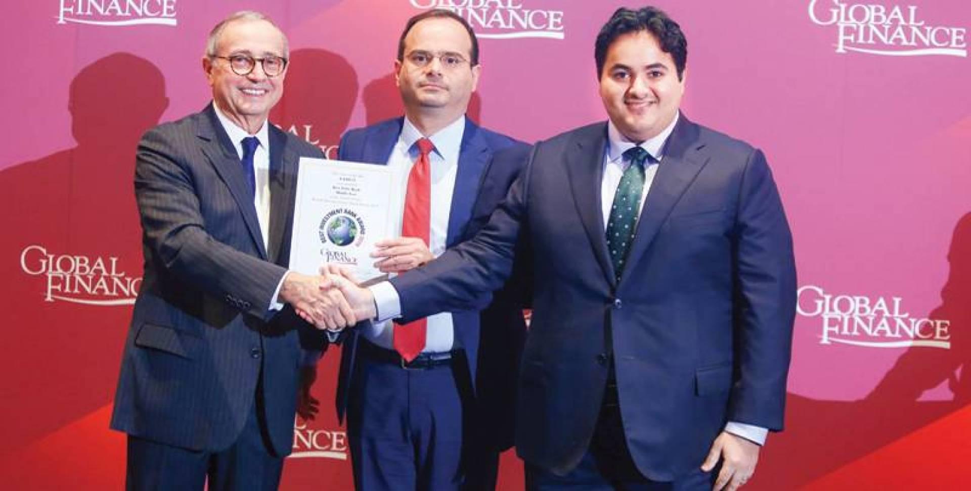 عمر زين الدين وبدر الغانم يتسلمان الجائزة