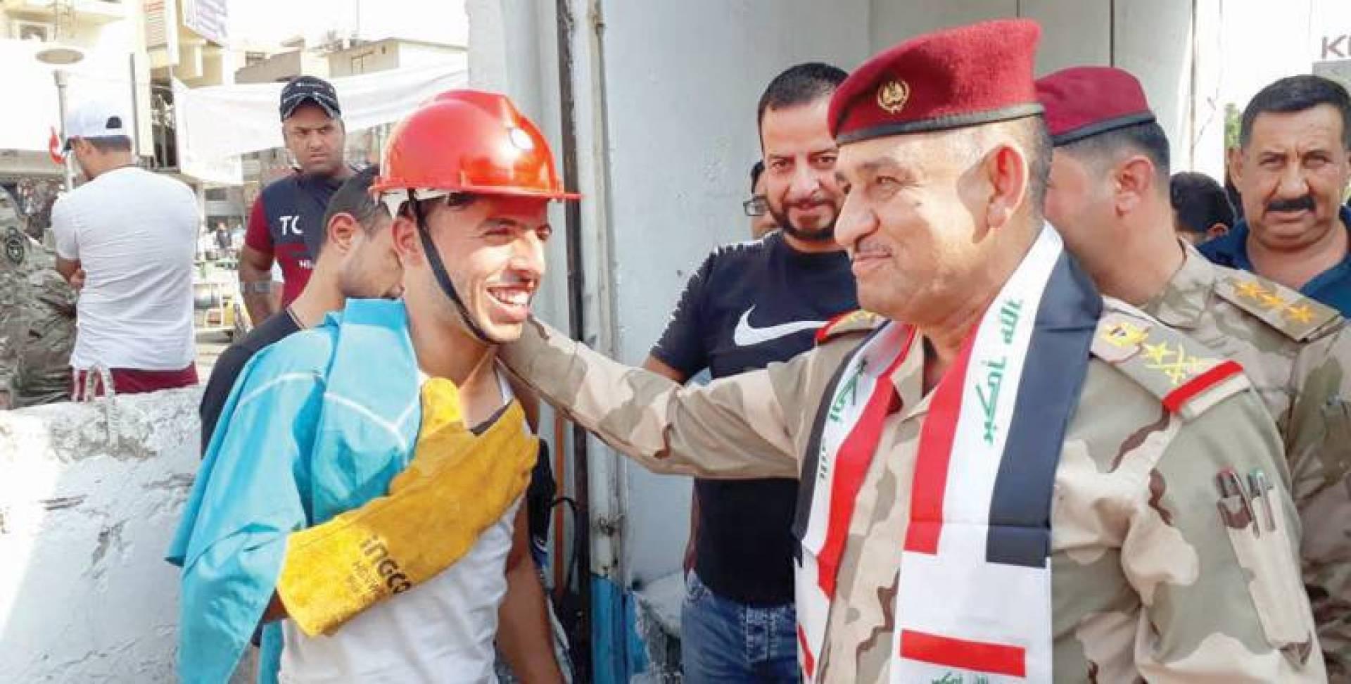 المحمداوي مع أحد المعتصمين في بغداد أمس