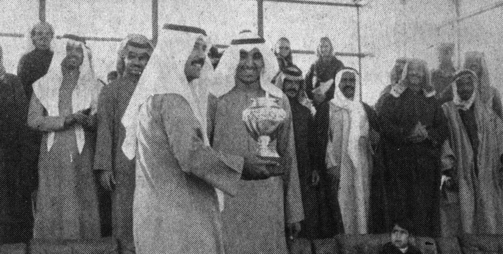 الشيخ مبارك الجابر بعد أن تسلم الكأس من عبدالعزيز الحساوي.. أرشيفية