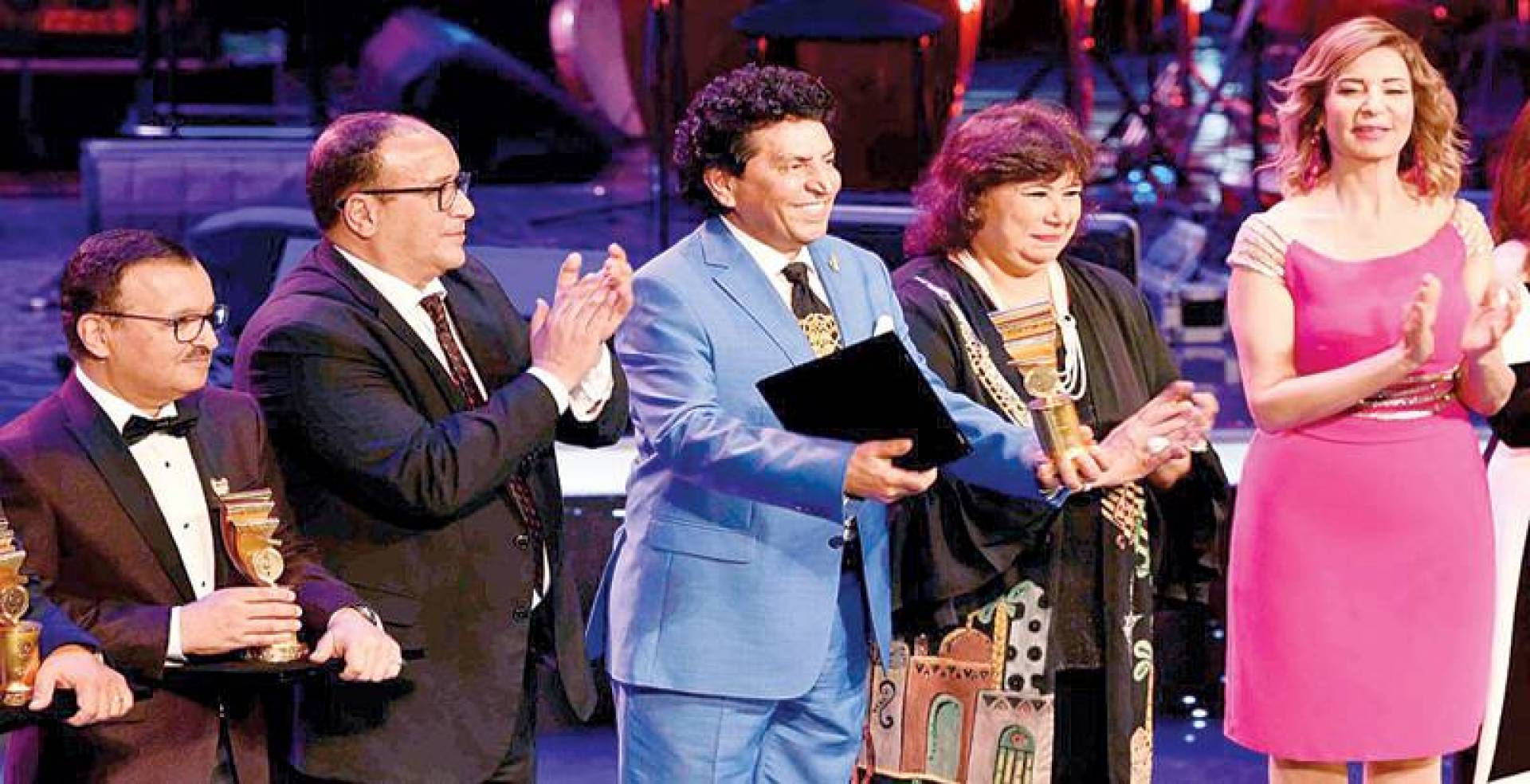 كريم العراقي يحيي الجمهور بعد تسلُّمه شهادة التكريم من وزيرة الثقافة المصرية