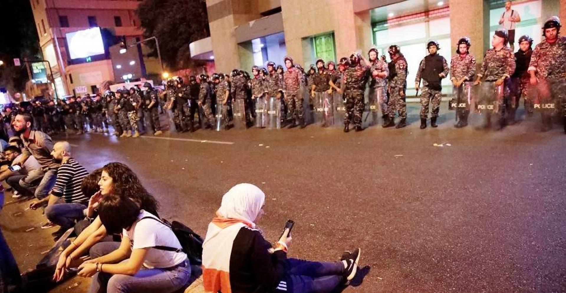 لبنان.. انتشار عسكري على طريق بعبدا بعد محاولة مجموعة التوجه إلى القصر الجمهوري