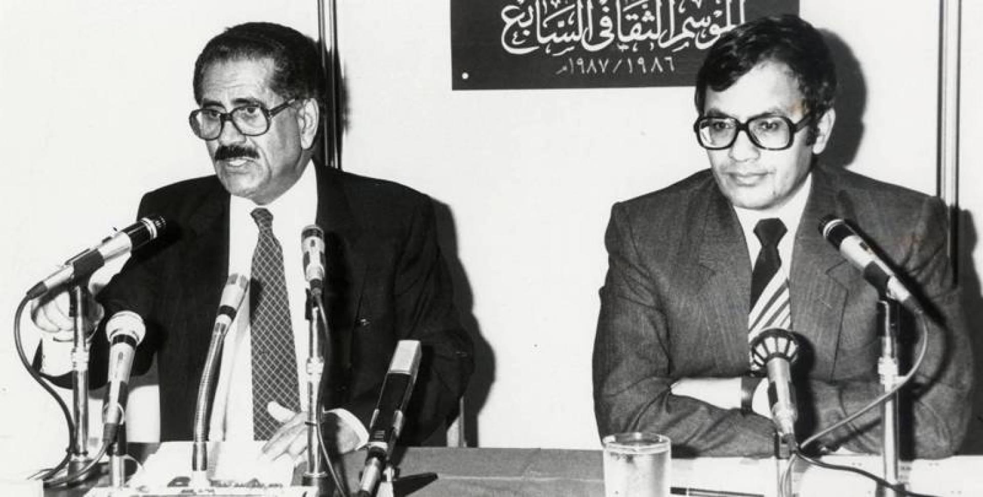 السقاف يلقي أشعاره وإلى جانبه د. حسن محسن.. أرشيفية