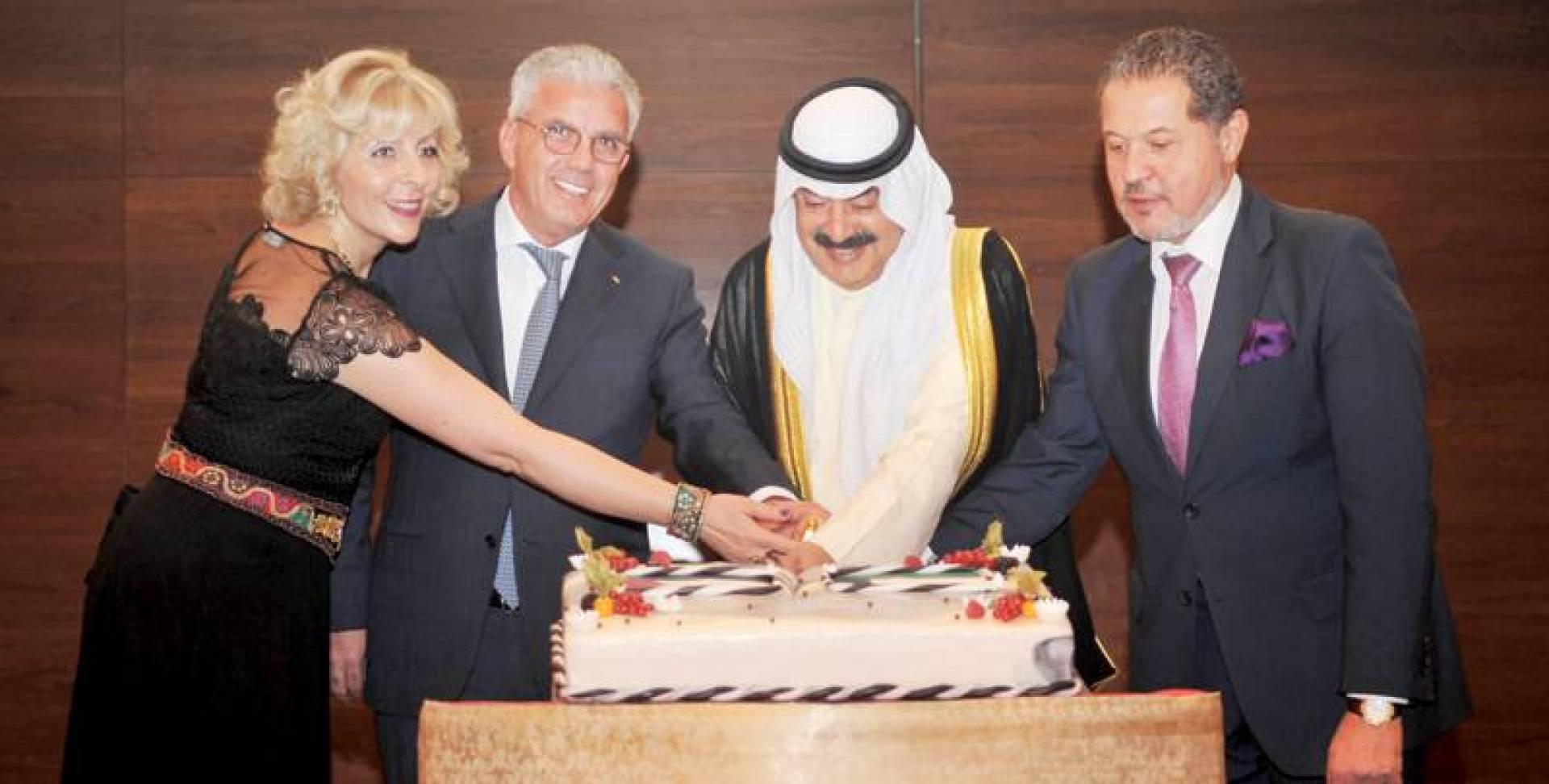 الجارالله مشاركاً السفير الفلسطيني قطع كيكة الاحتفال | تصوير عبدالصمد مصطفى