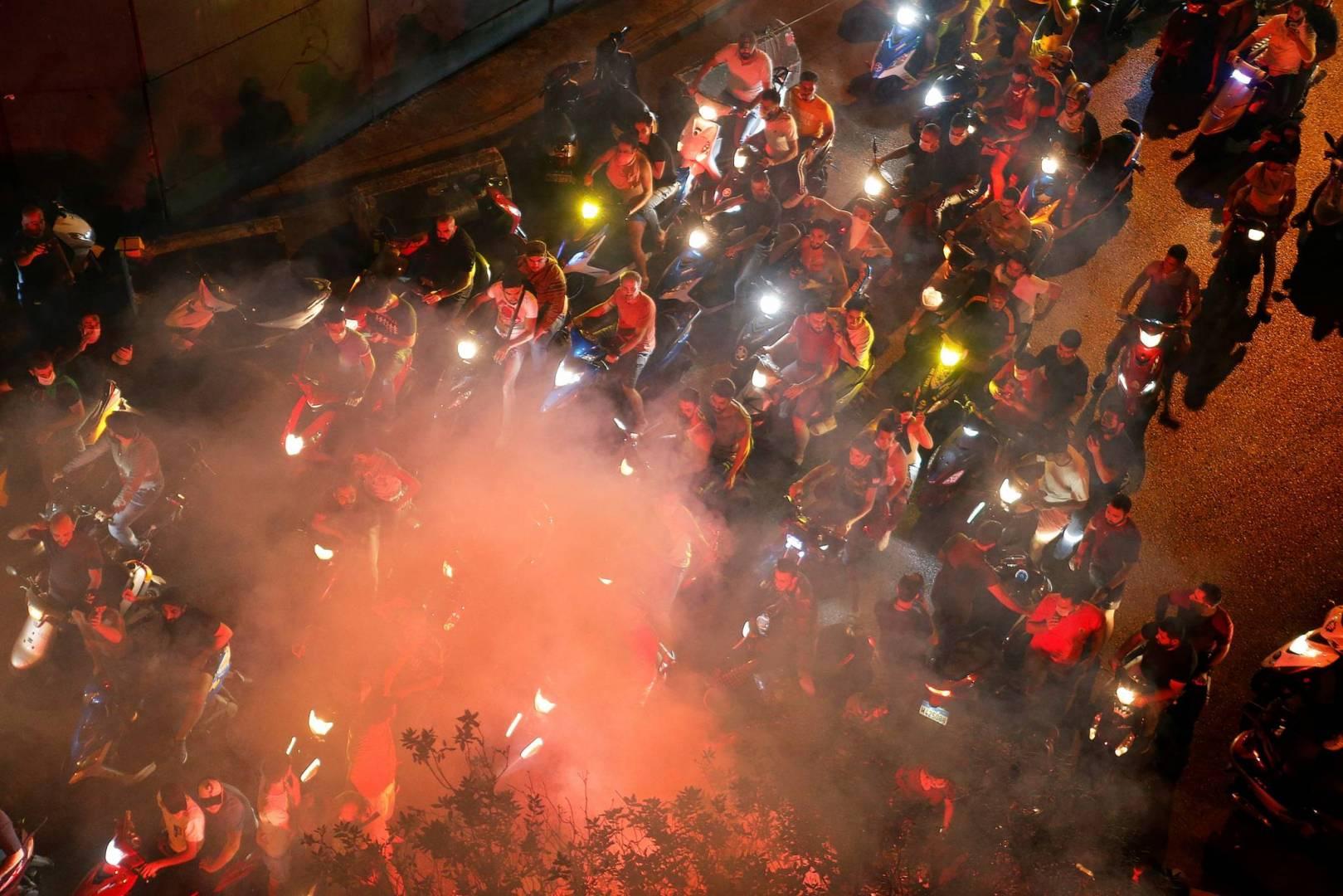 المتظاهرون في لبنان يطالبون القوى الأمنية بحماية المحتجين في مدينة صور