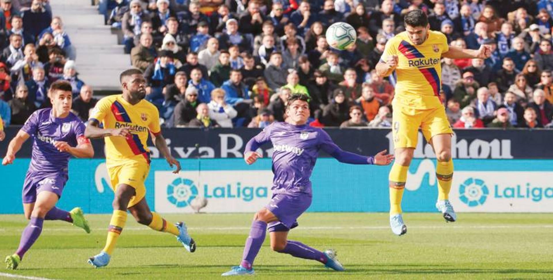 سواريز (إلى اليمين) يسجل برأسه هدفاً لبرشلونة | ا.ب