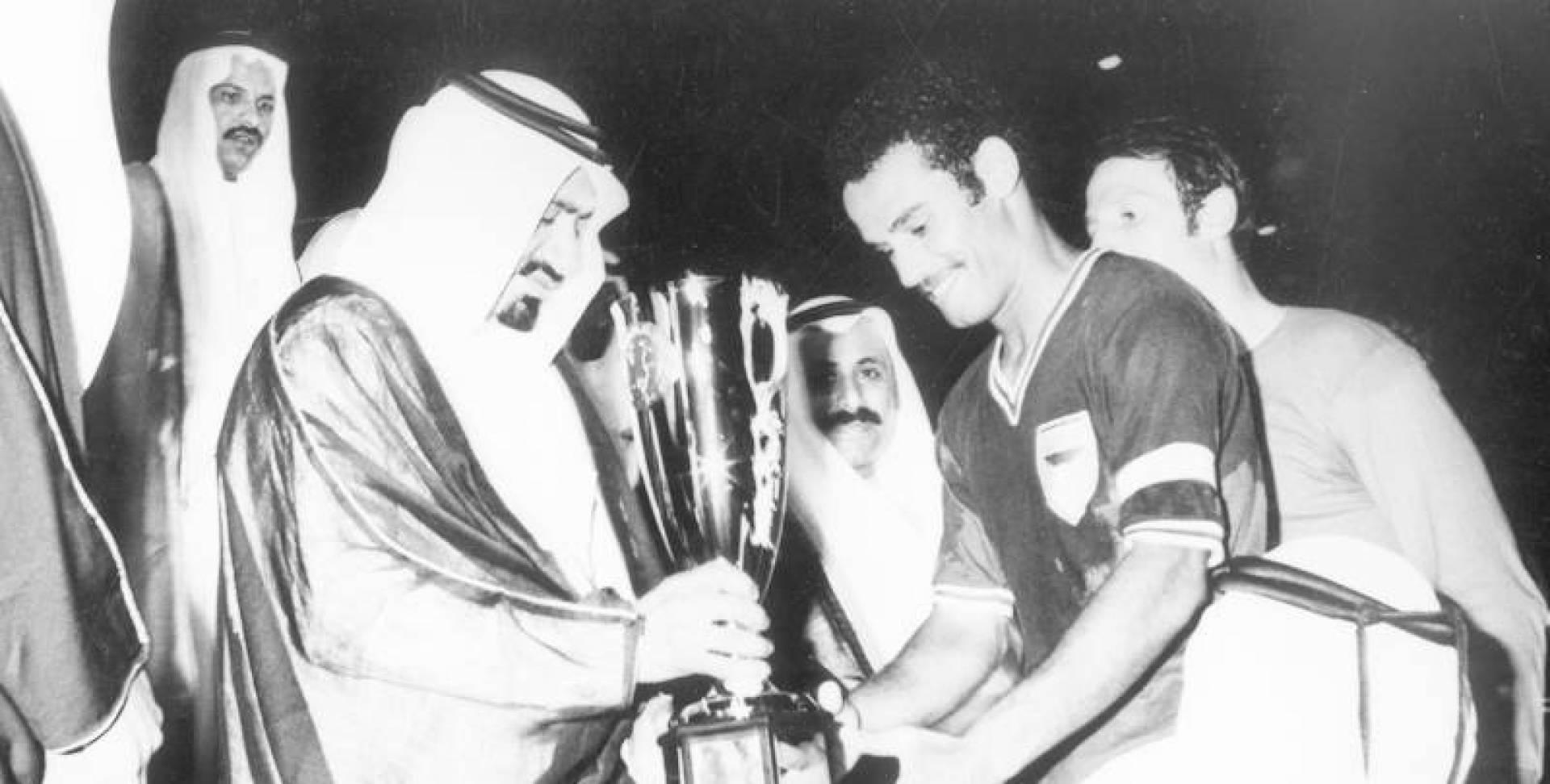 إبراهيم دريهم يتسلم كأس البطولة من أمير قطر.. صورة أرشيفية