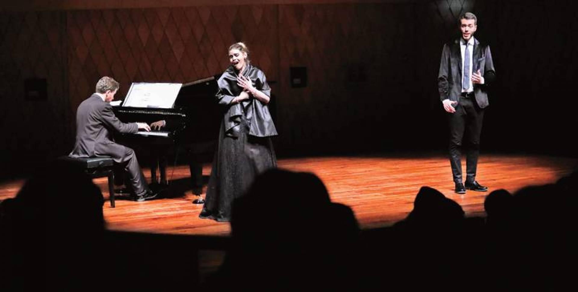 المغنية آنا روبيرتا سوربو مقدِّمةً وصلة من الأوبرا العالمية