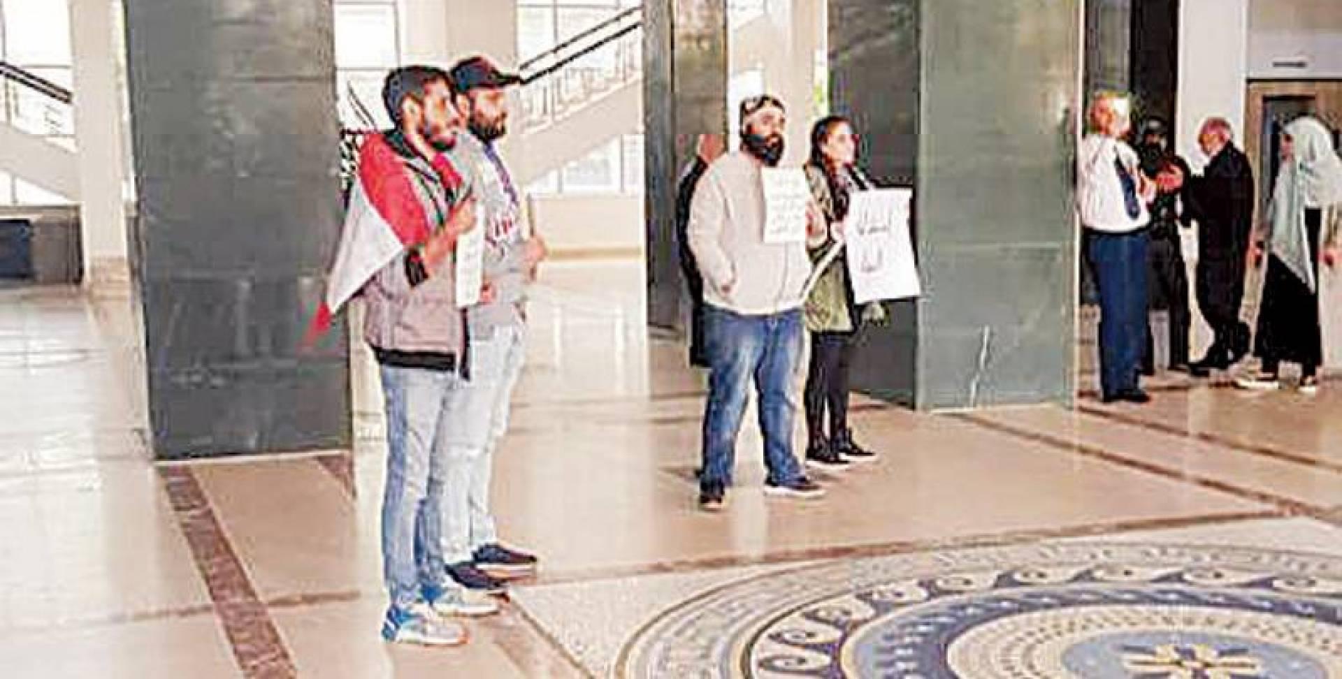 دخول عدد من المحتجين قصر العدل في بيروت للمطالبة بفتح تحقيقات في عدد من ملفات الفساد