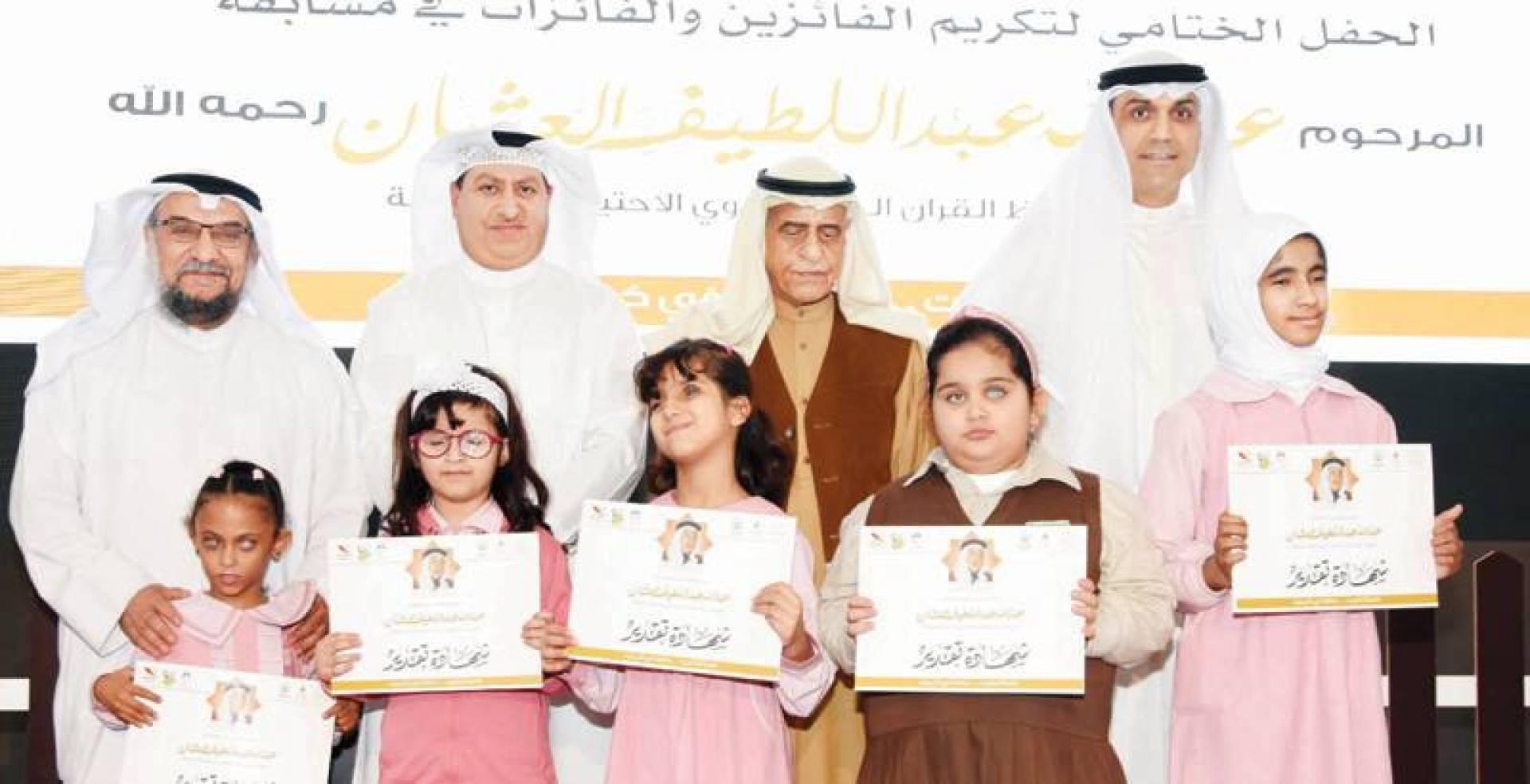 ممثلو مسابقة العثمان القرآنية مع الفائزات