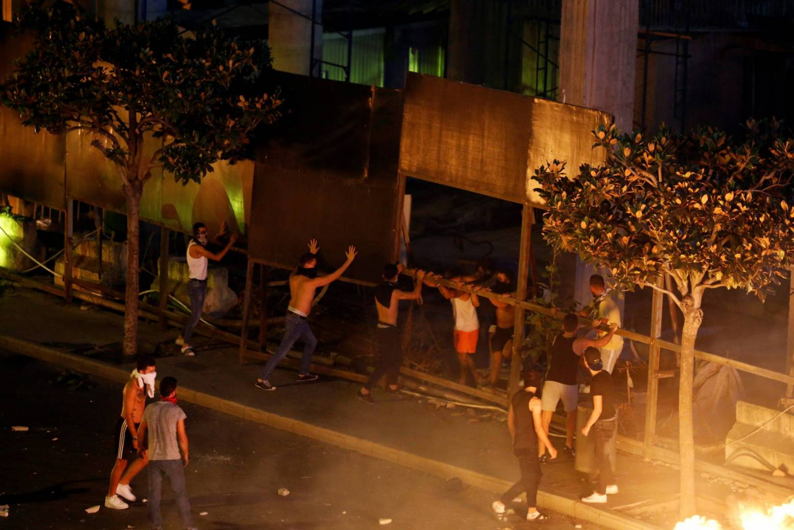 مواجهات عنيفة بين المحتجين وقوات مكافحة الشغب اللبنانية عند محيط جسر الرينغ في بيروت