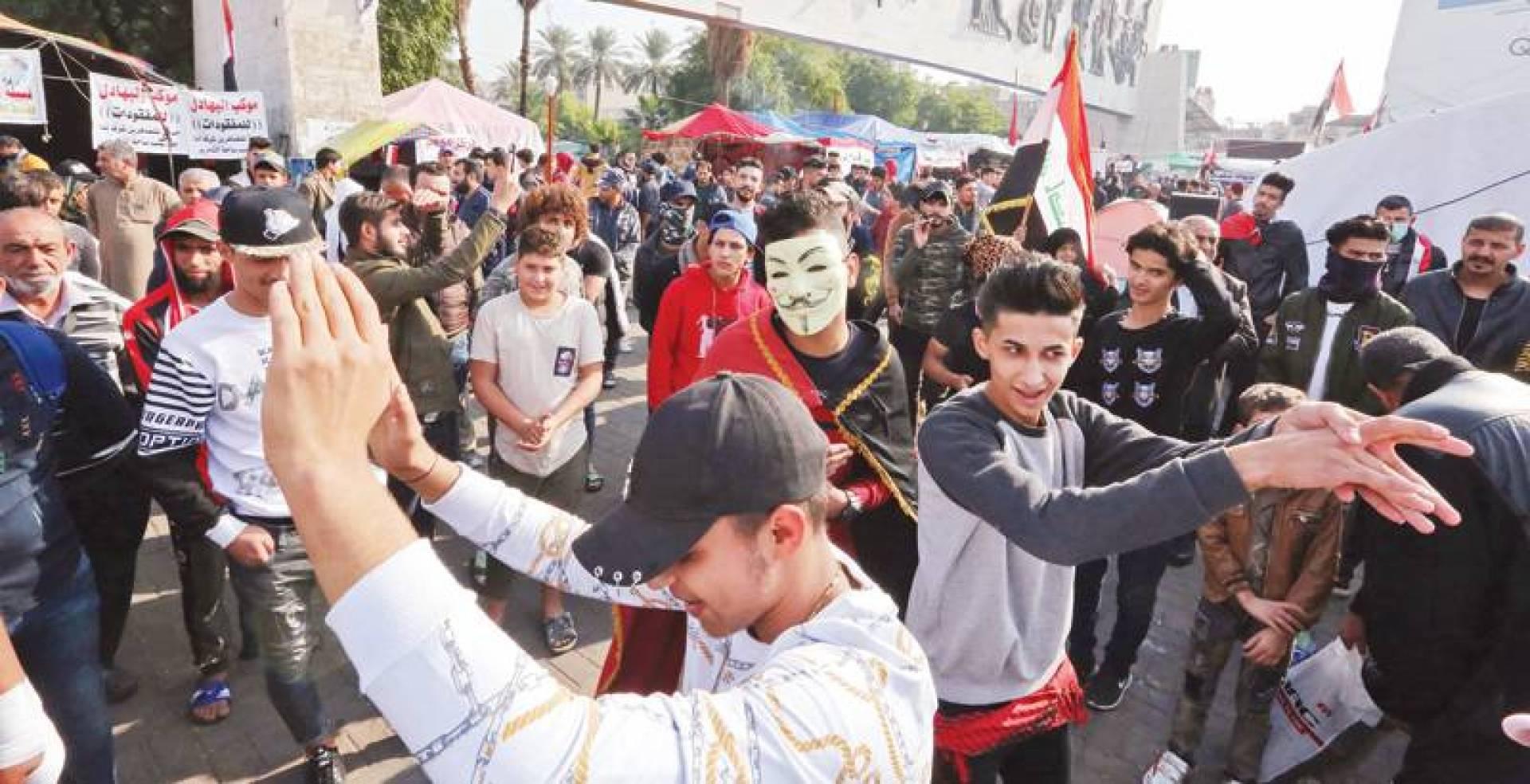 متظاهرون في ميدان التحرير ببغداد أمس | أ ف ب