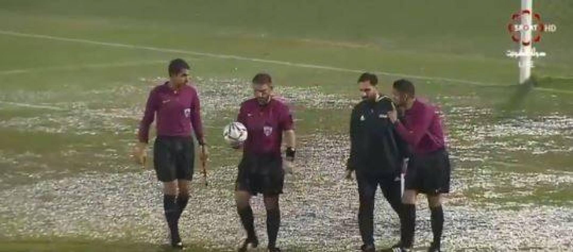 الأمطار تؤجل الشوط الثاني من مباراة القادسية والشباب