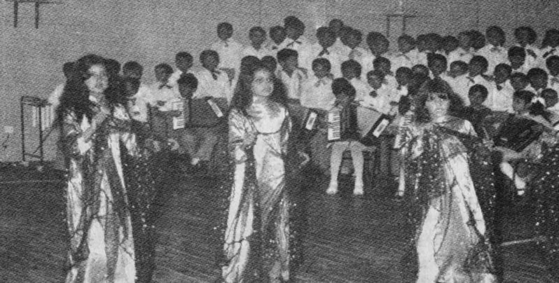تلميذات مدرسة أم الخير الابتدائية في رقصة شعبية.. أرشيفية