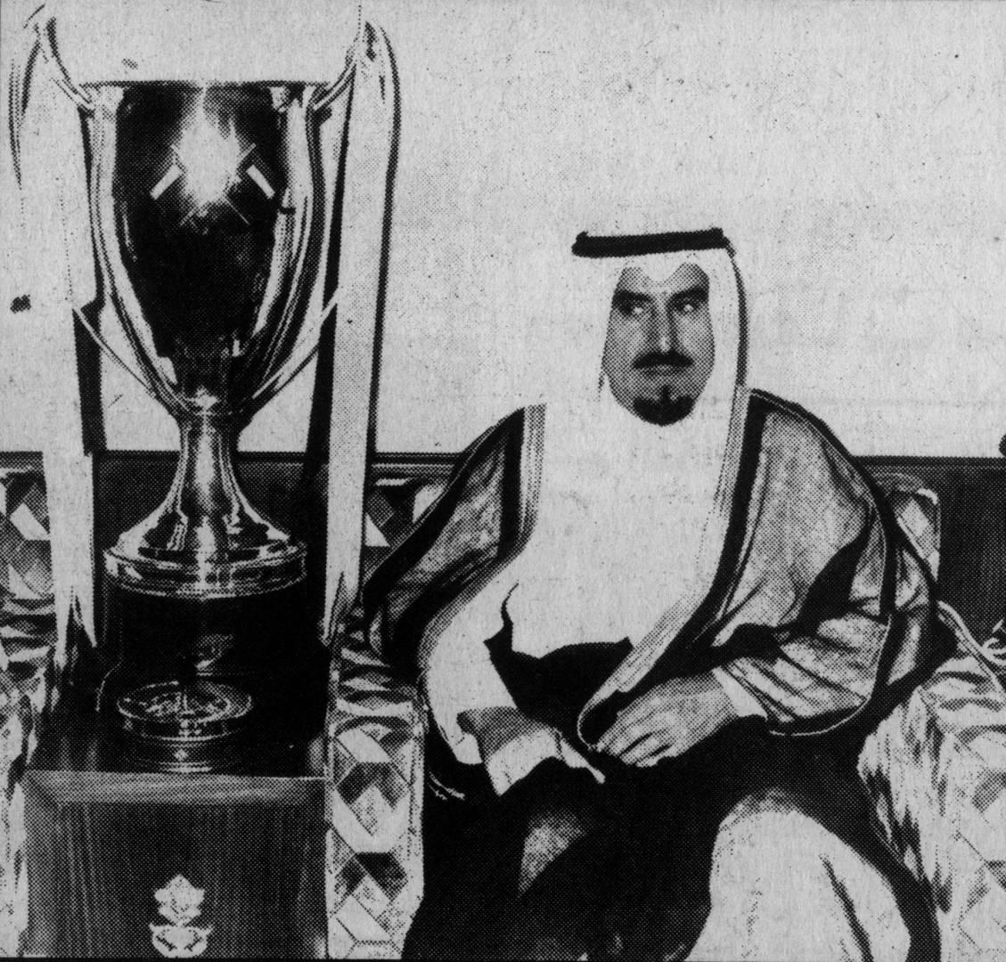 صاحب السمو أمير البلاد وبجانبه كأس البطولة.. أرشيفية