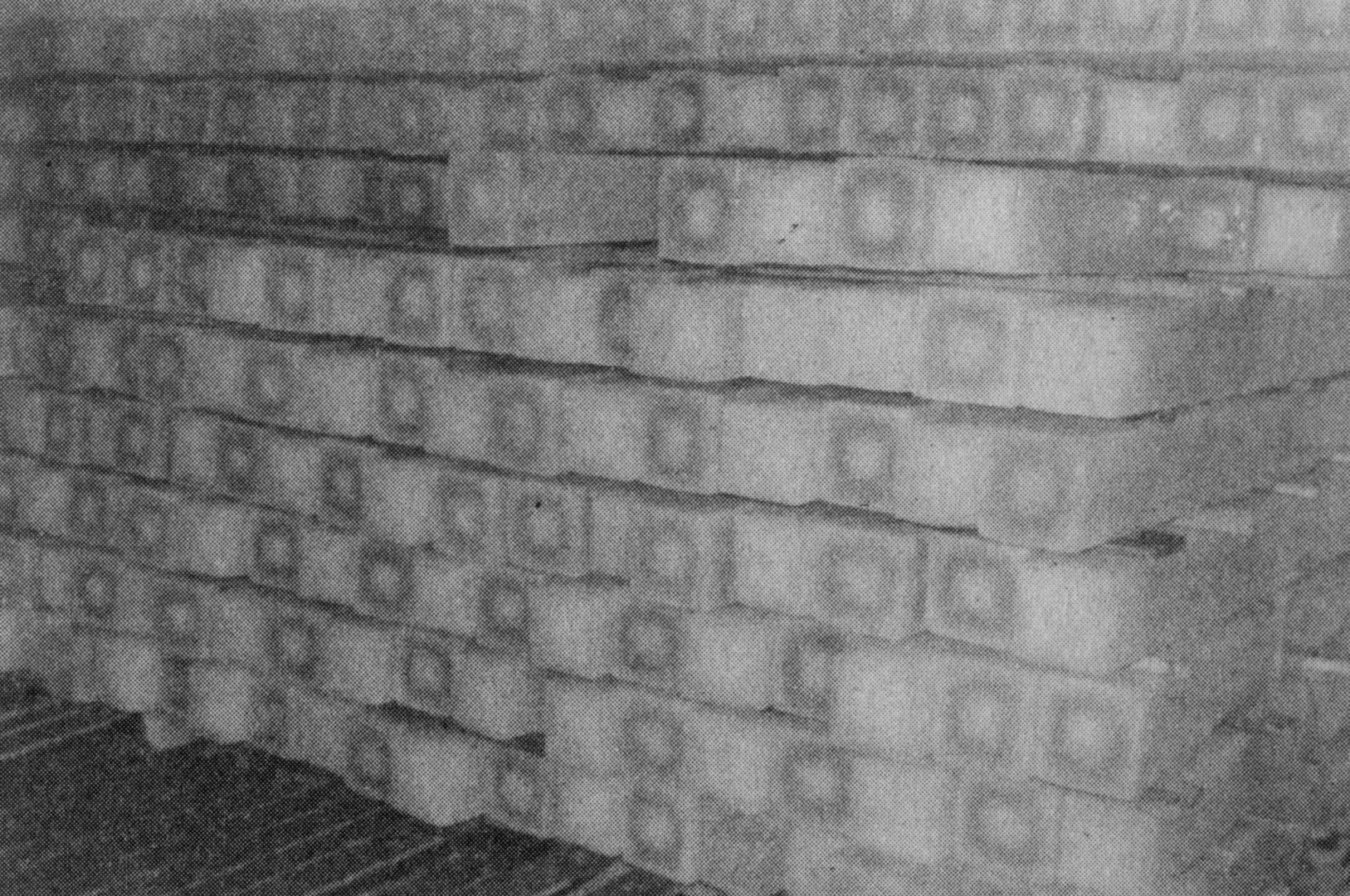 قوالب الثلج في طريقها لسيارات التوزيع.. أرشيفية