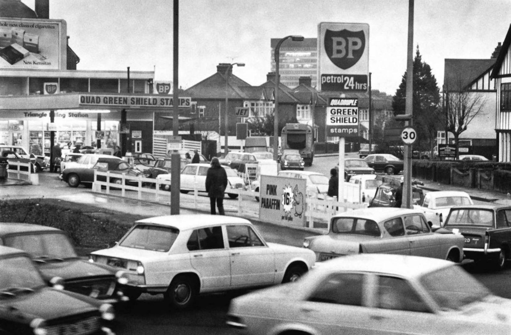 ازدحام باحدى محطات البنزين.. أرشيفية
